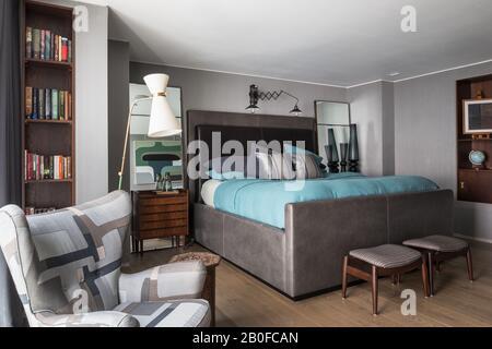 Lampe de plancher moderniste Diablo et fauteuil rembourré dans la chambre de l'appartement de West London