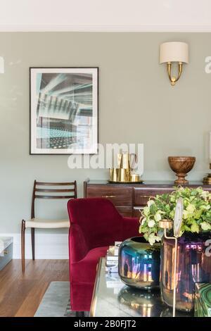Mélange de pièces anciennes et contemporaines, de buffets de Yoko et d'un fauteuil sur mesure en velours rouge