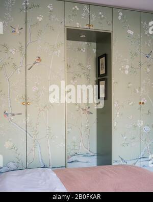 Papier peint Chinoiserie couvrant les portes de l'armoire.