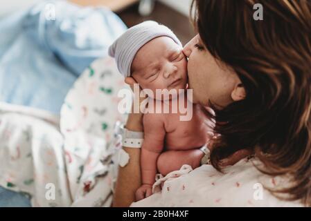 Gros plan sur la joue du nouveau-né à l'hôpital