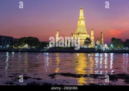 Spectaculaire Coucher De Soleil Couleurs Du Ciel Au-Dessus Du Temple Wat Arun Ou Du Monument Bouddhiste Temple Of Dawn, Reflété Dans La Rivière Chao Phraya À Bangkok, Thaïlande