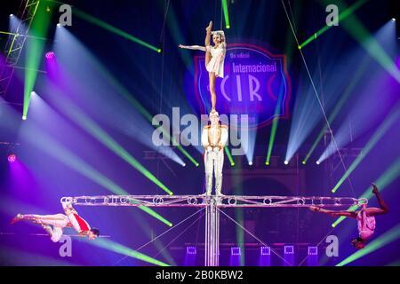 Gérone, ESPAGNE - 17 FÉVRIER : les artistes russes exécutent « L'échelle » dirigée par A. Volosanin lors du festival international du cirque « Elefant d'Or » au Parc de