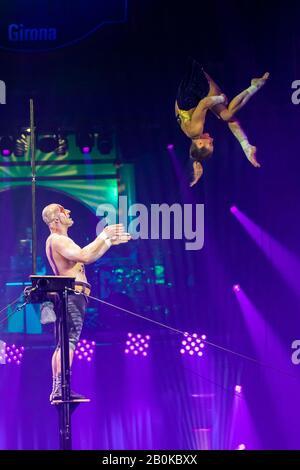 """Gérone, ESPAGNE - 17 FÉVRIER: Russe Ruslan Sementsov et Kseniia Nikiforova se remplissent de """"servir à voler"""" pendant """"Elefant d'Or"""" International Circus Festi"""