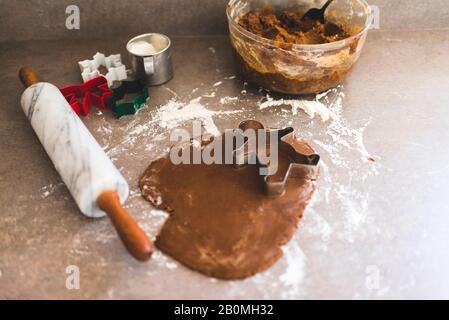 Pâte à biscuits en pain d'épice avec emporte-pièces Banque D'Images