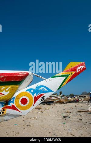 Bateaux de pêche colorés sur la plage de Soumbedioune, l'une des nombreuses plages de pêche de Dakar, Sénégal, Afrique de l'Ouest Banque D'Images