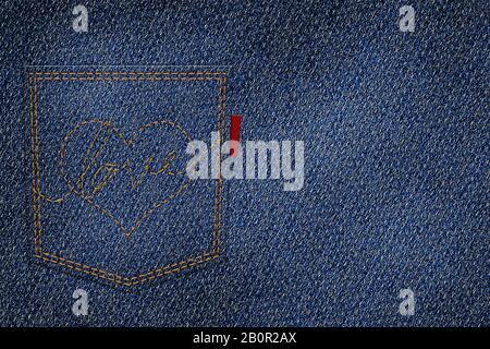 coeur brodé et amour avec le fil rouge sur la poche arrière du jean bleu avec logo tag. jean denim texture fond Banque D'Images