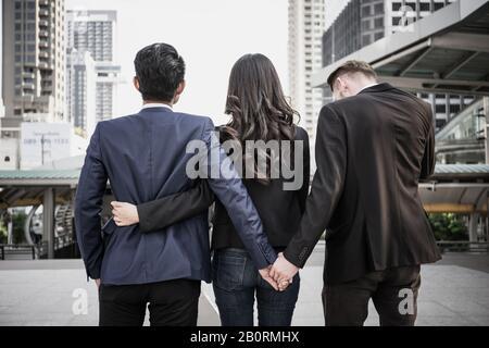 Concept d'image d'une infidélité conjugale. Les gens d'affaires travaillant ensemble et l'homme essaient d'infidélité à son couple. Banque D'Images