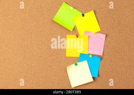 Planche en liège avec plusieurs notes vierges colorées avec broches Banque D'Images