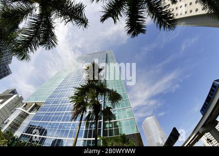 Façade de l'hôtel JW Marriott Marquis, vue vers le ciel, super grand angle, gratte-ciel, centre-ville de Miami, Floride, États-Unis, Banque D'Images