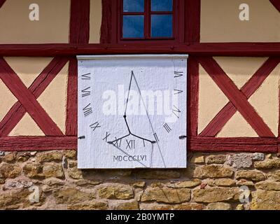 Sundial à la porte d'entrée de l'église du village de St. Bartholomäi à Dornheim près d'Arnstadt, Ilmkreis, Thuringe, Allemagne, Banque D'Images