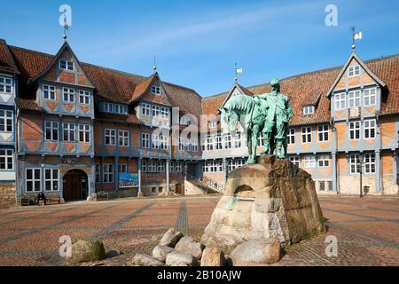 Monument équestre du Duc d'août sur le marché de la ville avec l'hôtel de ville de Wolfenbüttel, Niedsachsen, Allemagne Banque D'Images