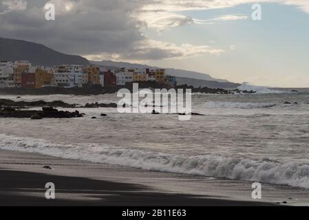 Puerto de la Cruz, Tenerife, Espagne -Jaunary 9, 2020: Coucher de soleil au cap Punta Brava de La Célèbre plage Playa jardin avec sable noir à Puerto de la Cr Banque D'Images