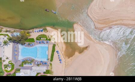 Vue aérienne de la plage de Khao Lak en Thaïlande et de l'hôtel Khao Lak Devasom
