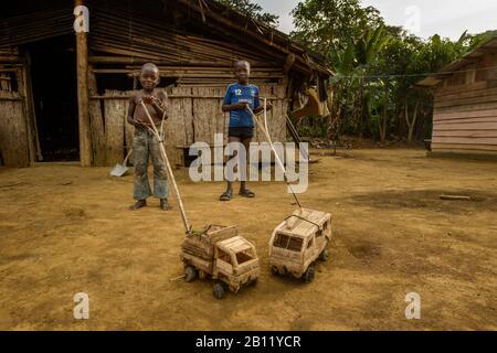 Jouets fabriqués en Afrique, forêt équatoriale, Gabon, Afrique centrale