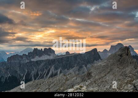 Lever du soleil dans les Dolomites au Rifugio Nuvolau surplombant Croda da Lago, Italie
