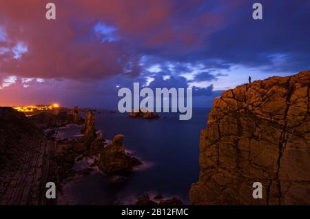 La pollution lumineuse et heure bleue sur la côte Atlantique, le Costa Quebrada, Pays Basque, Espagne