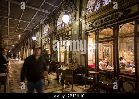 Le Caffè Florian est un célèbre café vénitien de la Piazza San Marco, Venise, Italie Banque D'Images