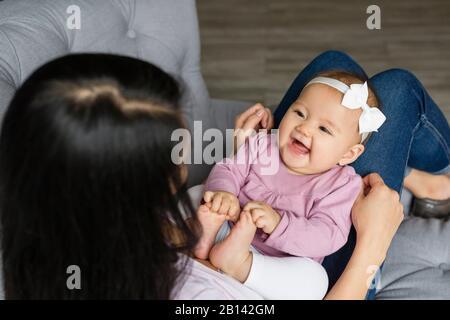 Mère assise avec bébé sur une chaise Banque D'Images
