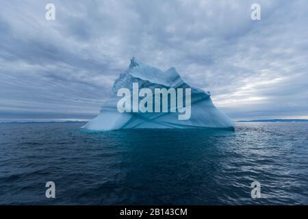 Icebergs dans la baie de Disko au Groenland, au milieu de l'été