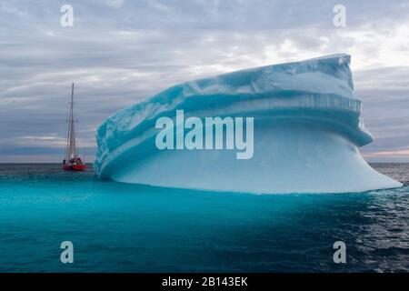 Icebergs et voilier dans la baie de Disko au Groenland, au milieu de l'été