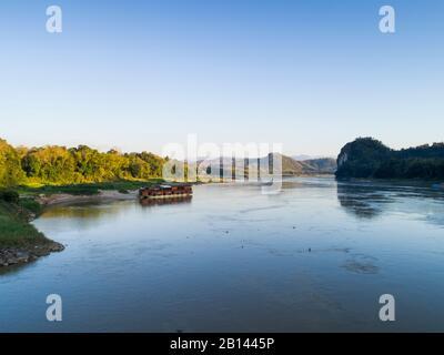 Bateau de croisière fleuve Mekong Sun se trouve à nuit sur un rivage, au Laos