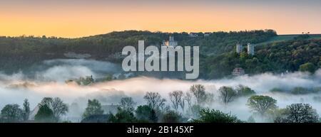 Paysage avec les ruines du château de Rudelsburg et du manoir de Saaleck et Kreipitzsch, lever du soleil, brouillard matinal dans la vallée de Saale, près de Bad Kösen, Burgenlandkreis, Saxe-Anhalt, Allemagne