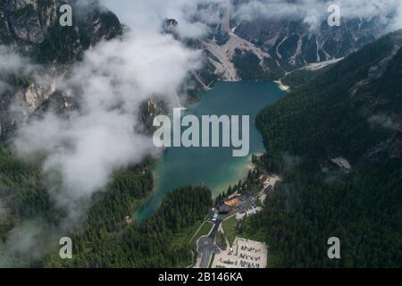 Braies Lake Dans Le Fog, Tyrol Du Sud, Italie Banque D'Images