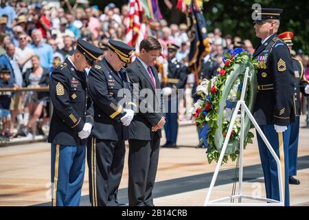 (De gauche à droite) Sergent de l'armée américaine. Le major Daniel A. Dailey, chef de l'armée américaine Major, général de l'armée américaine Mark A. Milley, chef d'état-major de l'armée américaine, et le secrétaire de l'armée Mark T. Esper; Participez à une cérémonie de Remise des couronnes avec distinction à l'Armée de terre à la tombe du soldat inconnu en l'honneur du 244ème anniversaire de l'Armée de terre américaine au cimetière national d'Arlington, à Arlington, en Virginie, le 14 juin 2019. (ÉTATS-UNIS Photo de l'armée par Elizabeth Fraser)