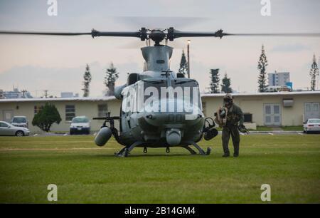"""Chef de l'équipe U.S. Marine Corps à partir d'une vitesse de vol décharge UH-1Y Venom au Camp Foster, Okinawa, Japon, le 15 décembre 2017. L'Escadron d'hélicoptères d'attaque légère Marine 369 fourni Le lieutenant général Brian D. Beaudreault, commandant adjoint des plans, des politiques et des opérations, un vol autour de la préfecture d'Okinawa pour évaluer la qualité de service de la Marine Corps. chowhalls La """"gunfighters'"""" sont prêts à agir à tout moment est crucial pour le maintien d'un Canada plus fort, plus capable de l'avant dans la force déployée Indo-Asia-région du Pacifique. HMLA-369, Marine Aircraft Group 39, 3rd Marine Aircraft Wing, est actuellement de l'avant"""