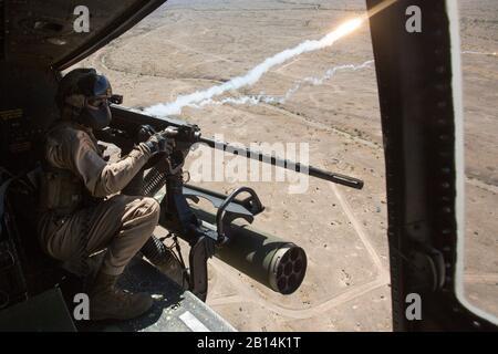 Corps des Marines des États-Unis Le Cpl. 499 Airport Road Justin, un chef d'équipe, avec l'hélicoptère d'attaque léger Marine 167 Escadron (HMLA-167), les feux d'un GAU-21 de calibre 50 fusil pendant les exercices de tir aérien de raffinement à la montagne de chocolat de tir aérien, en Californie, le 5 avril 2017. Armes et Tactiques 2-17 instructeur est une formation de 7 semaines organisé par Marine Aviation armes et tactiques d'un escadron (MAWTS-1) de direction. (U.S. Marine Corps photo par Lance Cpl. Michaela Gregory)