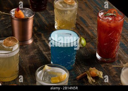 De nombreux cocktails multicolores aux couleurs différentes