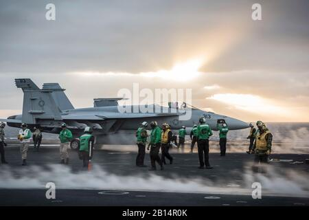 Un U.S. Navy F/A-18E Super Hornet affectés à Strike Fighter Attack Squadron (VFA) 113 se prépare à décoller du porte-avions USS Theodore Roosevelt (CVN 71) dans l'océan Pacifique, le 10 octobre 2017. Le Theodore Roosevelt est à un déploiement vers les États-Unis 5e et 7e secteurs d'opération de la flotte à l'appui d'opérations de sécurité maritime et les efforts de coopération en matière de sécurité dans le théâtre. (U.S. Photo par marine Spécialiste de la communication de masse 3 Classe Spencer Roberts)