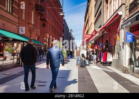 16 septembre 2018: Stockholm, Suède - Shoppers et touristes à Drottninggatan lors d'un week-end ensoleillé d'automne. Banque D'Images