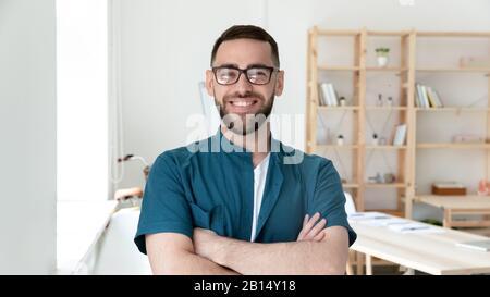 Portrait de jeune homme d'affaires heureux et confiant dans les lunettes. Banque D'Images