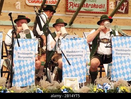 Munich, ALLEMAGNE - 1 OCTOBRE 2019 Pause bière pour le groupe de laiton jouant de la musique traditionnelle en costume bavarois dans une tente de bière de l'histoire d'Oide Wiesn