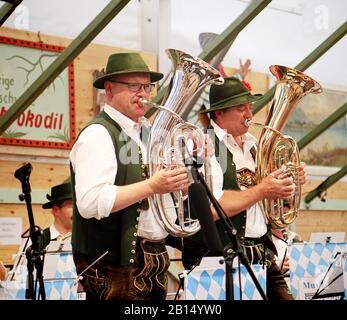 Munich, ALLEMAGNE - 1 OCTOBRE 2019 Brass band jouant de la musique traditionnelle en costume bavarois dans une tente à bière de la partie historique d'Oide Wiesn de l'Oktober