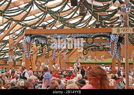 Munich, ALLEMAGNE - 1 OCTOBRE 2019 tente de bière à l'Oide Wiesn partie historique de l'Oktoberfest à Munich, environnement familial