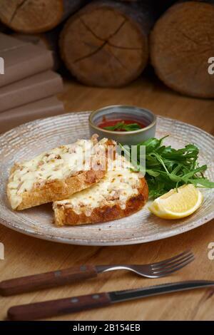 Gros plan d'une fonte de thon accompagnée de fromage cheddar