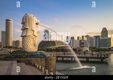 Singapour, Singapour - 6 février 2020 : statue du Merlion à Marina Bay, créature mythique avec la tête d'un lion et le corps d'un poisson