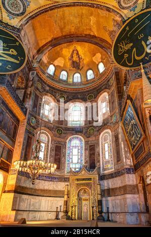 À l'intérieur de la basilique Sainte-Sophie d'Istanbul, en Turquie. L'abside avec l'image de la Vierge en haut. Hagia Sophia est le plus grand monument de Cult byzantin