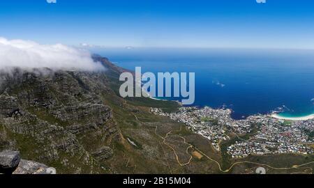 Vue panoramique au sud de Table Mountain couverte de nuages, en dessous de la vue fantastique de Camps Bay Banque D'Images