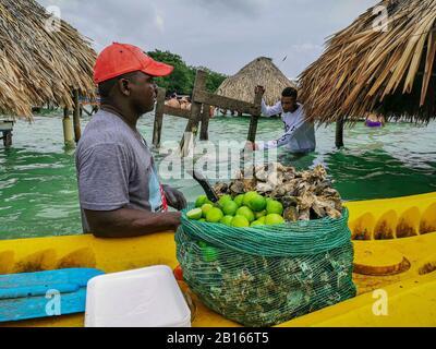 Baru, CARTAGENA, COLOMBIE - 09 NOVEMBRE 2019 : Ocean bar sur la plage de Cholon. Une cabane tropicale est située à l'intérieur de la mer bleu turquoise de la plage Banque D'Images
