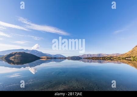 Nouvelle-Zélande, district de Queenstown-Lakes, Wanaka, collines reflétant dans le lac Wanaka