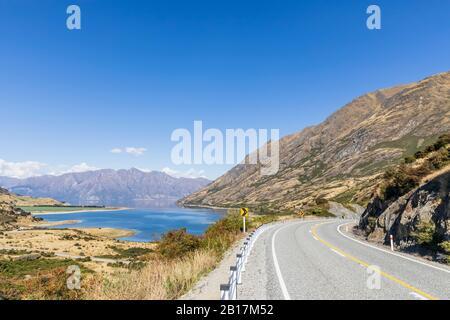 Nouvelle-Zélande, district de Queenstown-Lakes, Wanaka, ciel d'été clair sur la route vide de Makarora-Lake Hawea