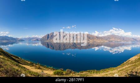 Nouvelle-Zélande, district de Queenstown-Lakes, Wanaka, vue panoramique sur les collines qui se reflètent dans le lac Hawea