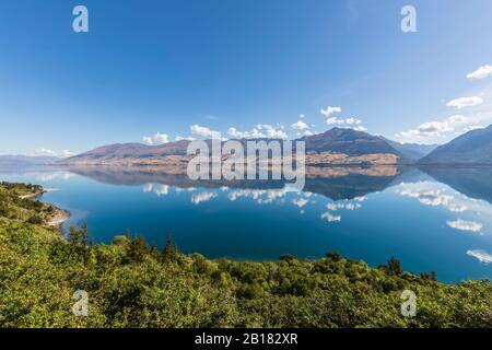 Nouvelle-Zélande, district de Queenstown-Lakes, Wanaka, ciel bleu d'été reflétant dans le lac Wanaka