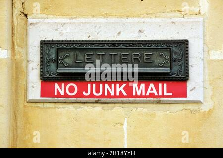 boîte à lettres en métal décoratif avec un message « pas de courrier indésirable » ci-dessous Banque D'Images