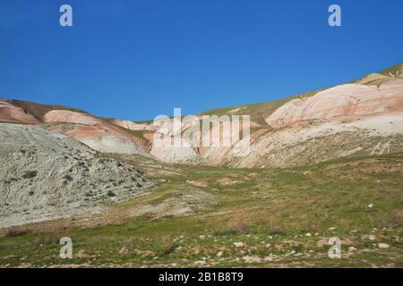 Montagnes rouges à Xizi, Azerbaïdjan. Collines colorées . formations géologiques olorful . Collines rayées rouges, montagnes arc-en-ciel . Vue sur la belle Banque D'Images