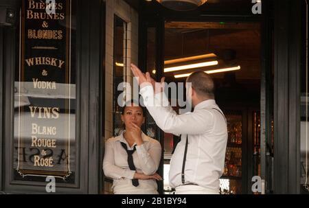 Serveurs attendant les clients au restaurant Paris France Banque D'Images