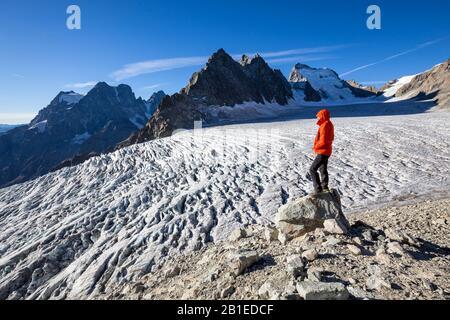 Le glacier blanc (3023 m), randonnée jusqu'au refuge des Écrins, vue à gauche sur le mont Pelvoux (3932 m), le bar droit des Écrins (4101 m), la vallée de Vallouise,